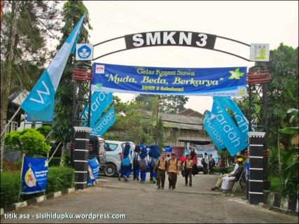 Banner kegiatan Gelar Kreasi Siswa di pintu gerbang.