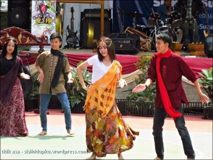 Menari diiringi lagu India...