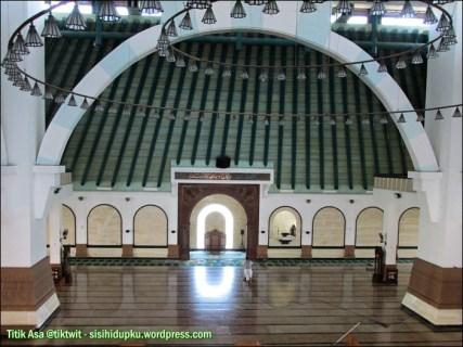 Menatap lantai bawah yang sedang dibersihkan dari lantai dua masjid.