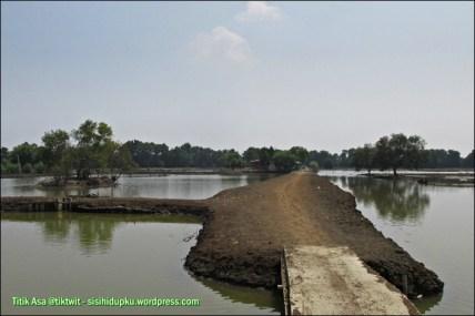 Jalan tanah menuju Masjid Alam Blacan