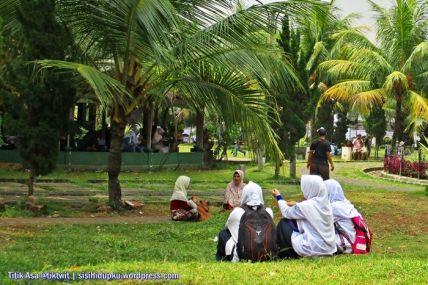Duduk dan mengobrol diatas rerumputan alun-alun