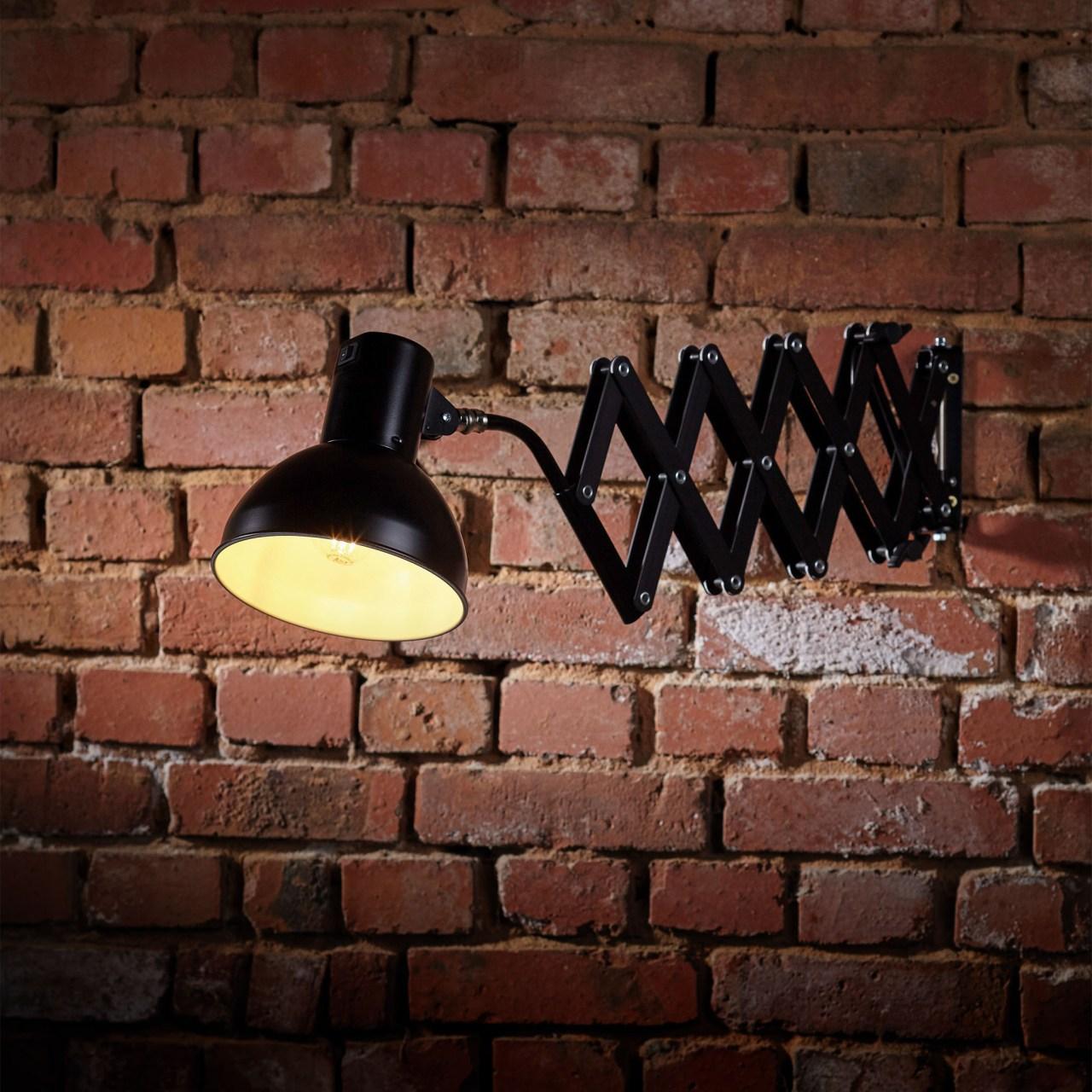 Scherenarmleuchte SIS-Licht 110 mit Ziegelwand