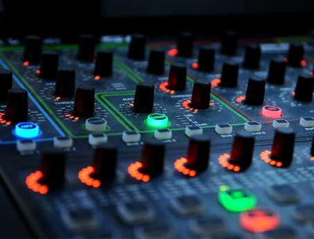 Mesa de mezclas para controlar el sonido profesional utilizado por SistemasAudiovisuales - VisualPlanet