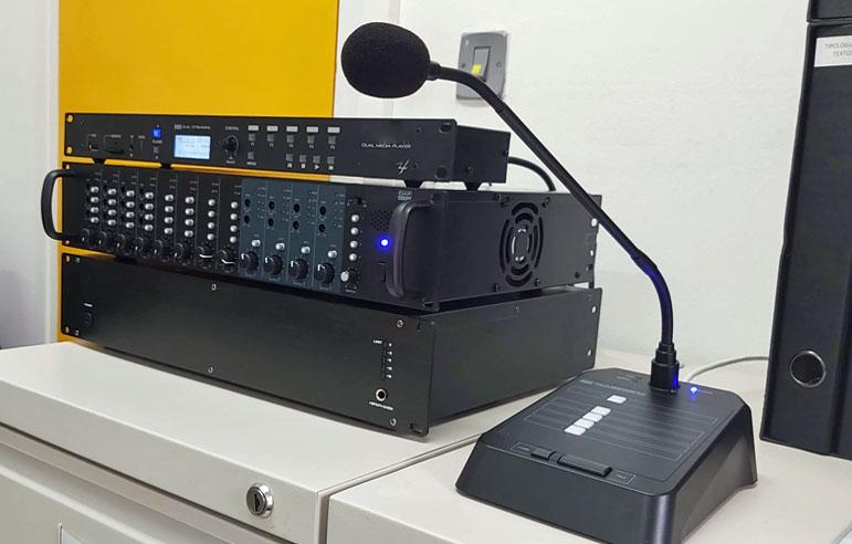 Equipo de megafonía y programación musical instalada por VisualPlanet en la Escuela el Turó