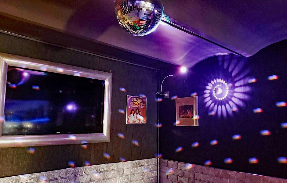 Ambiente de la década de los 80 en el bar 40 & mas instalado por VisualPlanet