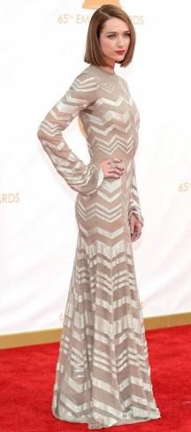 Eu olho para Kristen Connolly e gosto da roupa. Aí olho de novo e desgosto. Cheguei à conclusão que esse vestido de Nicholas Oakwell deveria ter um corte diferente, menos freira, porque o tecido é lindo...