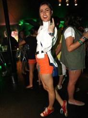 Maria Casadevall foi confortável de shortinho laranja e camisa branca, mas achei meio sem gracinha...