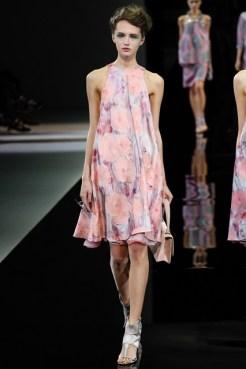 Vestido soltinho de Giorgio Armani. Sensação de leveza com estampas em cores mais claras.