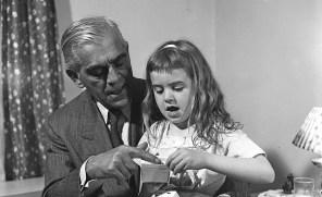 karloff-visitingapatientatTheChildrensHospitalBrooklyn19485