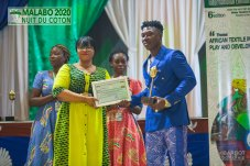 L'artiste-musicien, Soul Bang's recevant son trophée et son attestation des mains de la DG du SITA, Antoinette Yaldia (Ph. SITA)