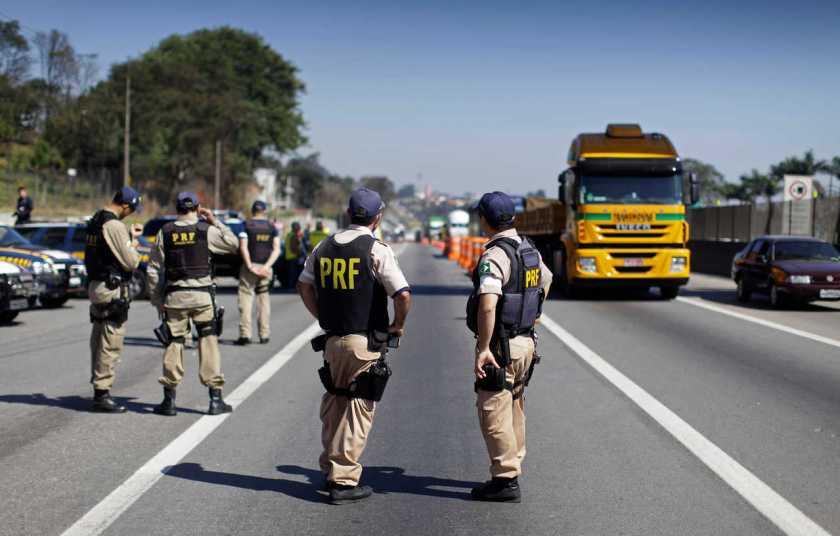 policiais federais fazem blitz em rodovia