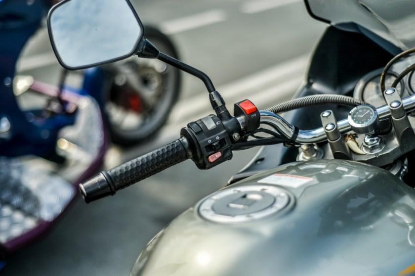foto de guidao e retrovisor de moto estacionada