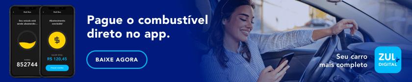 banner moça sorrindo mexe no celular dentro do carro