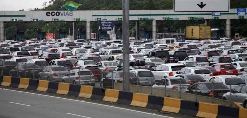 congestionamento de carros na fila do pedágio