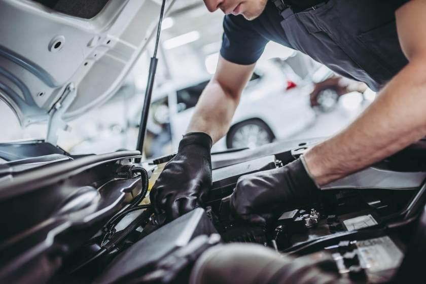 mecanico verifica motor de carro