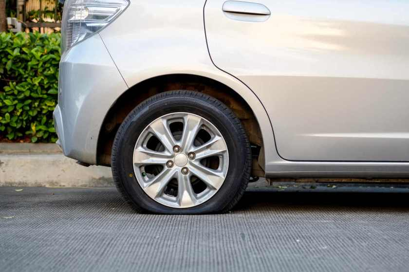pneu traseiro de carro vazio
