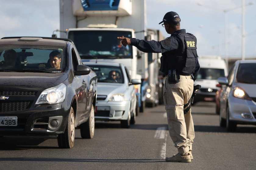 policial rodoviario federal para motorista na estrada