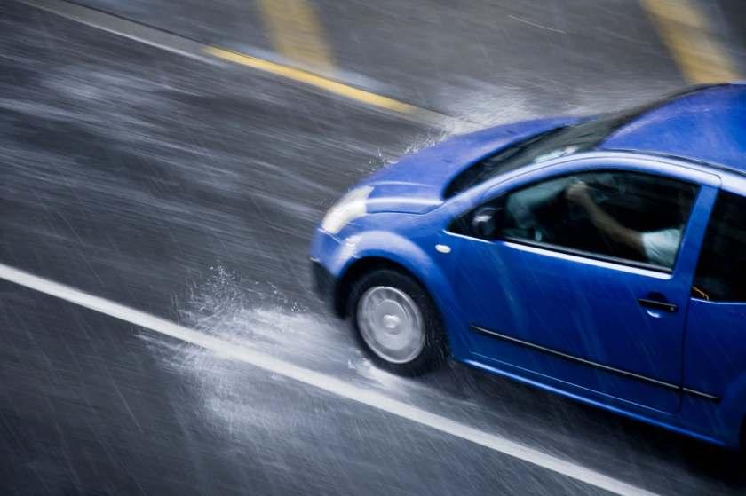 carro azul rápido na chuva