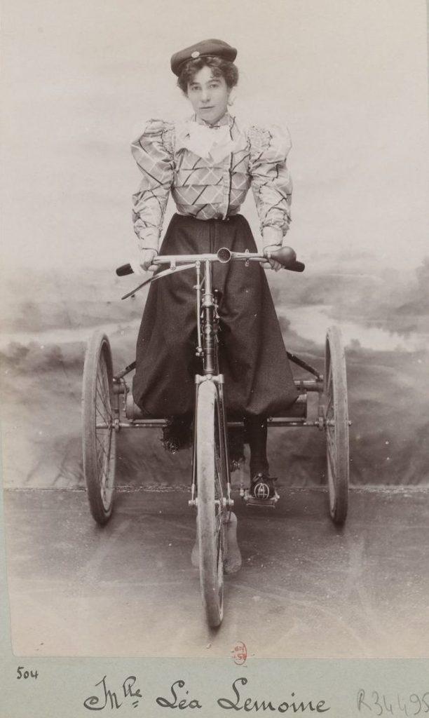lea lemoine paris em triciclo motorizado
