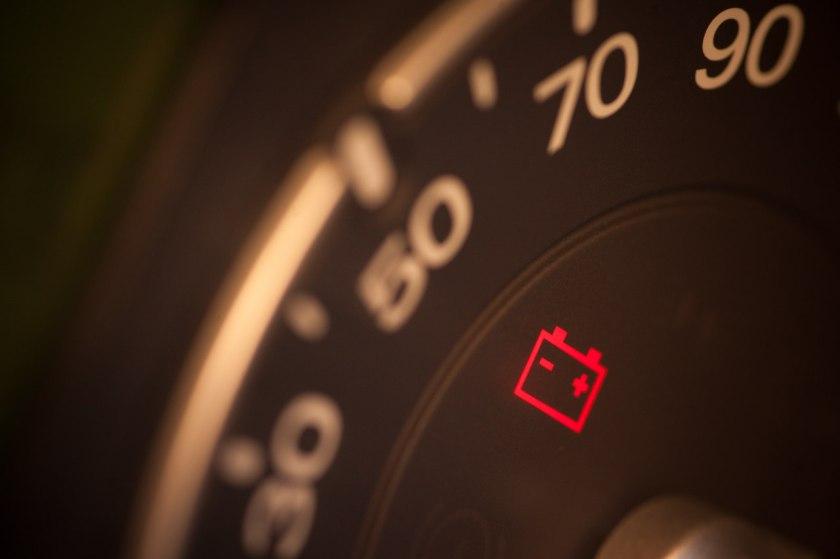 luz acesa no painel do veículo indicando problema na bateria do carro