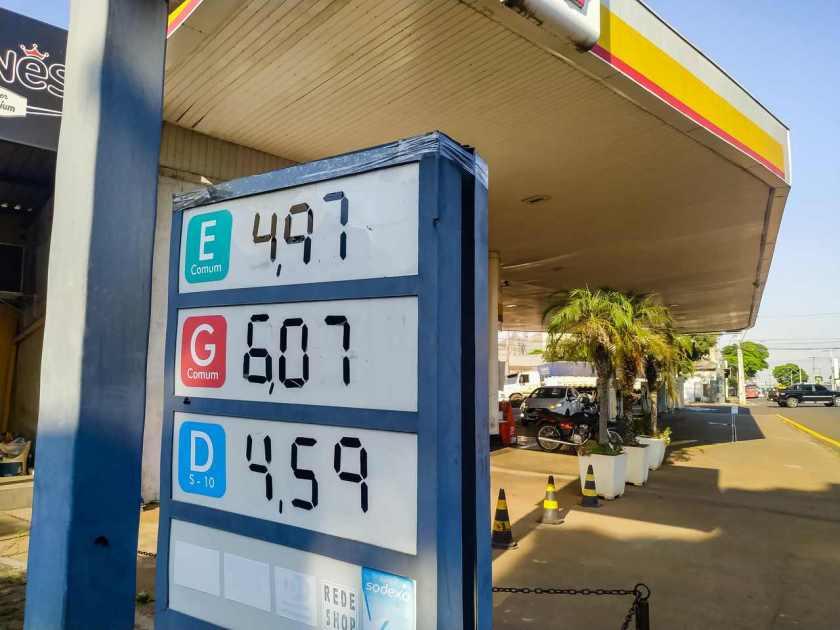 quadro de preços de gasolina, etanol e diesel em posto de combustível em apucarana