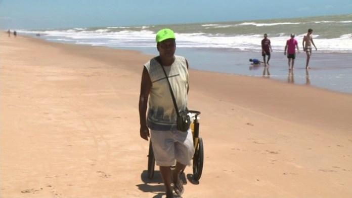Chegada de fragmentos de óleo deixa vendedor de picolé preocupado, em Linhares — Foto: Reprodução/ TV Gazeta