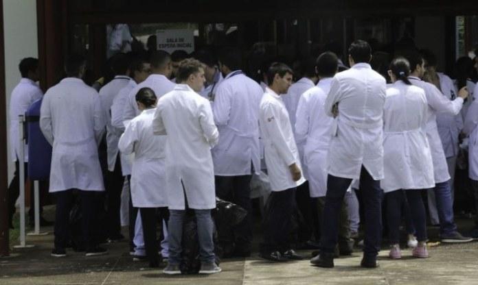 Profissionais de saúde se cadastram para trabalho contra Covid-19