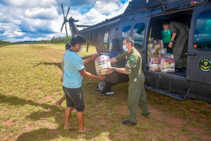 Militares levam suprimentos, alimentos e profissionais de saúde a indígenas