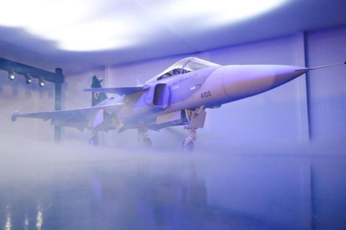 Comando da Aeronáutica apresenta a autoridades caça F-39 Gripen