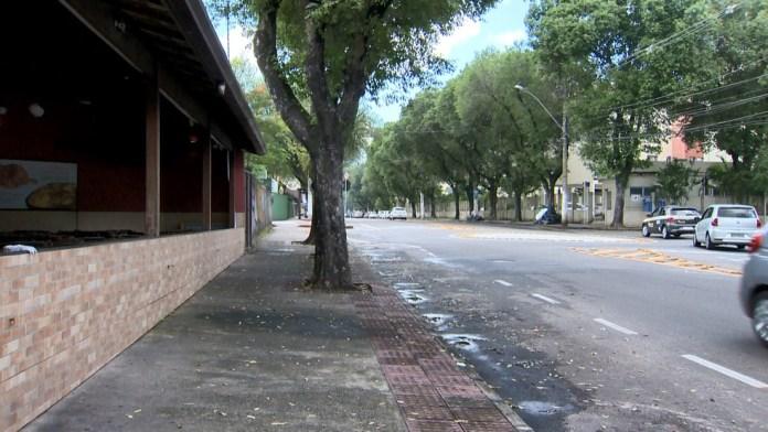 Homem de 35 anos foi baleado em calçada no bairro República, em Vitória