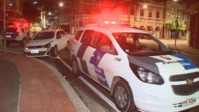 Suspeitos foram detidos quando o carro utilizado por eles bateu em uma calçada no Parque Moscoso