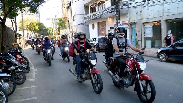 Motoboys protestaram em apoio ao colega agredido, em Colatina — Foto: Reprodução/ TV Gazeta