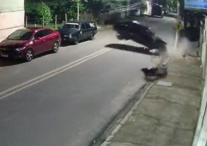 Câmera de segurança registrou o acidente na madrugada deste sábado (12)