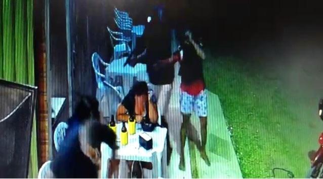 Vítimas estavam sentadas em bar de Guriri, em São Mateus — Foto: Reprodução