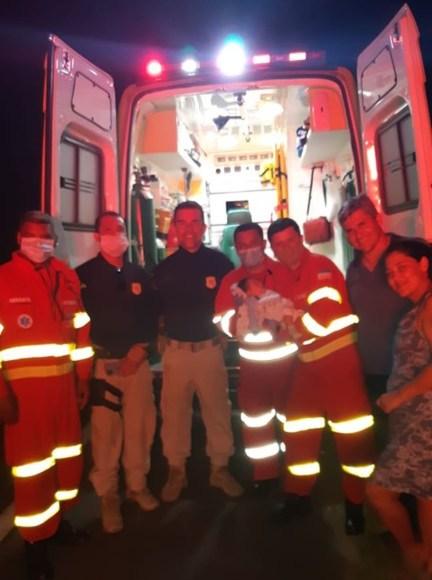 Agentes da Polícia Rodoviária Federal salvaram um bebê de 15 dias com vias aéreas obstruídas na BR-101 — Foto: Divulgação/PRF