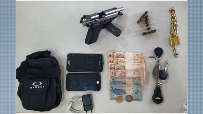 Arma, balas, celulares e dinheiro foram apreendidos com os suspeitos detidos pela PM no Morro do Cruzamento, em Vitória