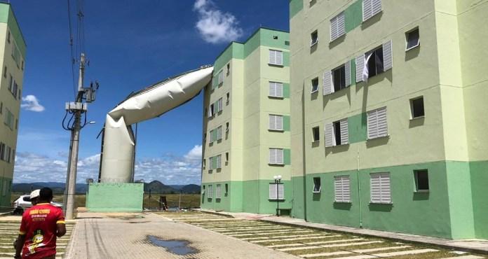 Caixa d'água rompeu e caiu em cima de prédio, em condomínio popular, em Cariacica, ES