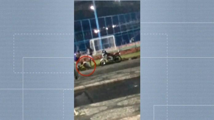 Imagem mostra dono de moto roubada sentado no chão ao lado de criminosos que se passaram por vendedores do veículo