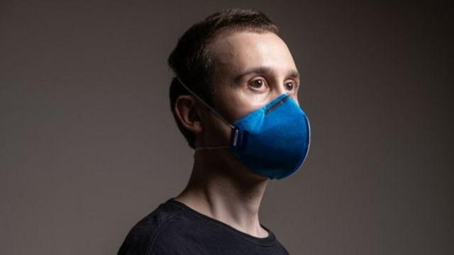 Máscaras como a PFF2 (foto) e N95 têm melhor adesão ao rosto do que máscaras de tecido — Foto: Getty Images via BBC