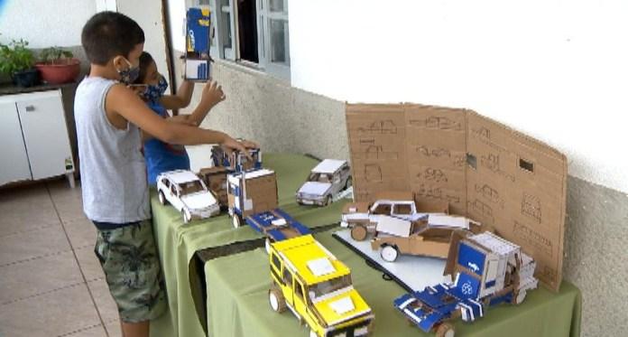 Pai constrói brinquedos de papelão com os filhos no ES
