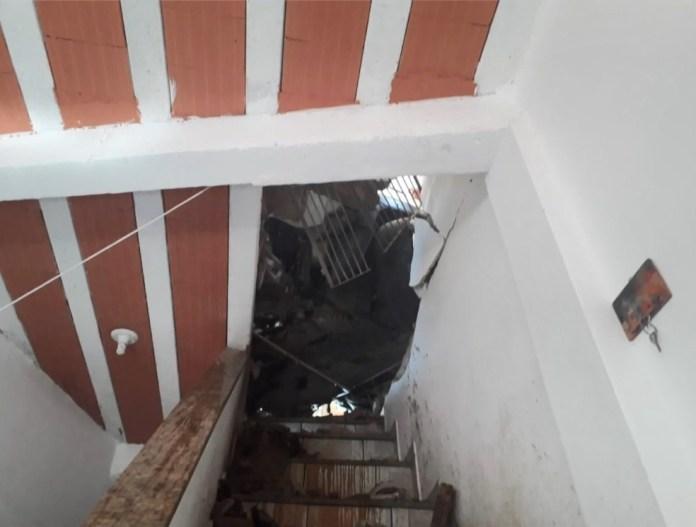 Escada da casa foi bloqueada pelo carro e por entulhos
