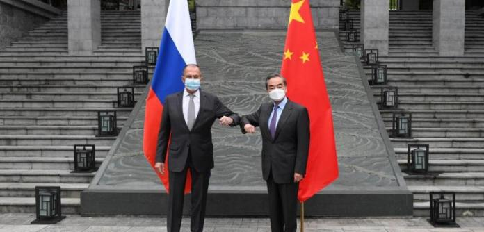 Os chanceleres de Rússia e China, Lavrov e Wang Yi