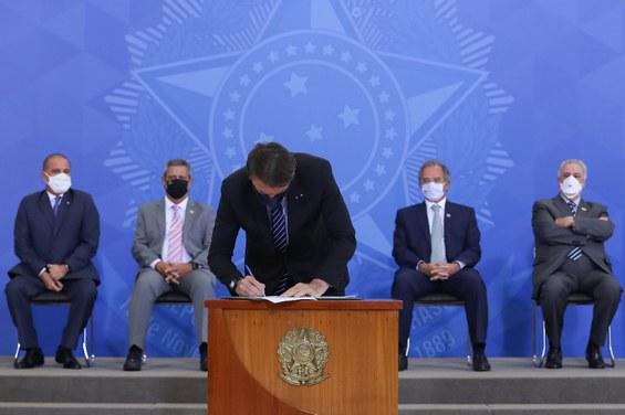 Presidente da República, Jair Bolsonaro assina a medida provisória.Foto: Marcos Corrêa/PR