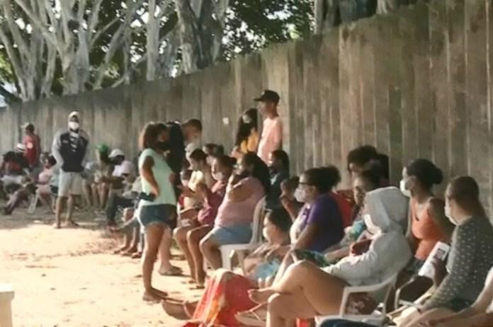 Moradores fizeram fila para comprar botijas de gás por R$ 40 na manhã desta sexta-feira (12) em Linhares