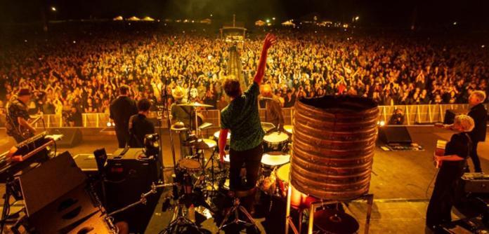 A banda australiana Midnight Oil realizou um show para 13 mil pessoas