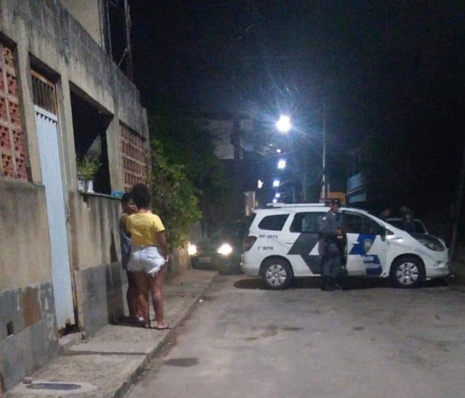 Dois homens foram assassinados na madrugada deste sábado (10) entre os bairros Inhanguetá e Estrelinha