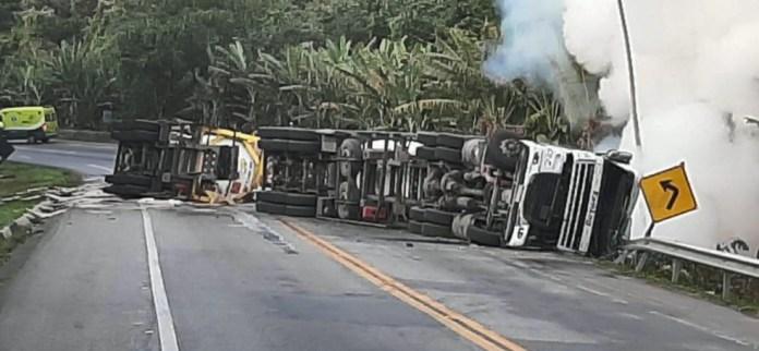 Acidente com carreta carregada de água oxigenada deixa um morto e interdita de BR 101 no Sul do Espírito Santo