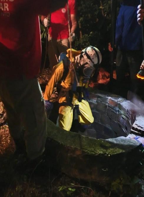 Bombeiro entrou dentro do poço onde corpo foi encontrado, no Norte do ES
