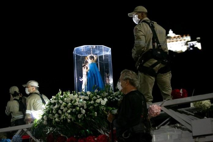 Imagem de Nossa Senhora da Penha com o Convento, ao fundo, durante passagem pela Terceira Ponte, na Romaria das Famílias de 2020 — Foto: Adessandro Reis