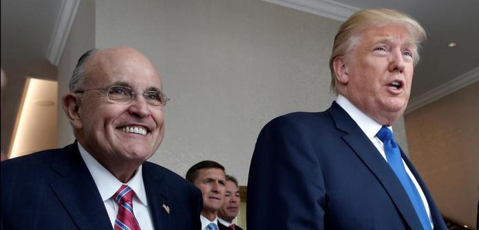 Ex-prefeito de Nova York Rudolph Giuliani e o ex-presidente Donald Trump